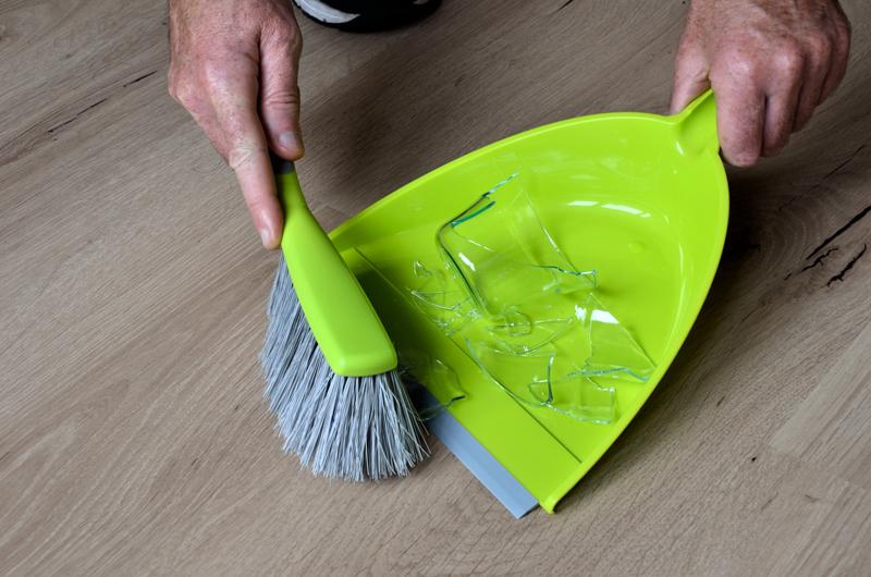 Falta consciência: garis sofrem lesões com lixo mal-embalado