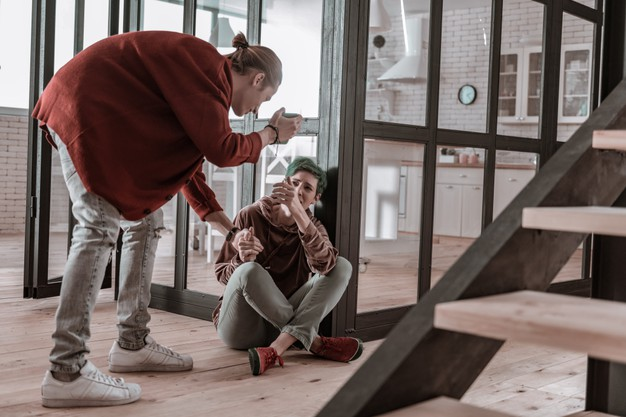 Em briga de marido e mulher até o condomínio deve meter a colher!